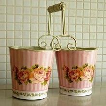 ピンクのストライプとローズの絵柄がとっても可愛らしい ブリキ製のポットです。