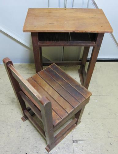 学校の木製 古い椅子と古い机です。  使い込まれた木の雰囲気がいい感じです。   木製のしっかりした造りの古いそろばん塾の机と椅子のセット。 使い込まれた感じもとても素敵です。 お直しされている部分がありますが、通常使用に問題はありません。