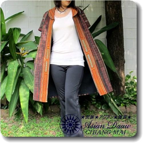 モン族古布刺繍.前開き半袖ワンピース(裏地あり)ロングコートジャケット  厳選布使用でラインを強調した裁断が着用時も美しい!  モン族独特の繊細な刺繍や手描きのろうけつ染めはとっても魅力的です。  前開きファスナーだから 使いやすく、  ジャケット風に前を開けてもカッコいいですよ♪