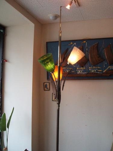 60年代の突っ張りタイプのフロアスタンド!! シェードを通して光るランプは雰囲気抜群です。 お部屋の隅の有効活用やソファーサイドにもオススメです。 スイッチが調光タイプなので、気分に合わせて明るさの細かな調整が出来ます。 もちろん、カフェや美容室等のディスプレイITEMとしても抜群ですね。  材質...金属製×シェード部分(プラスチック)×ウッド  商品サイズ....全長×235.0〜255.0cm(調整可能)         横幅×57.0cm シェード直径×17.5cm