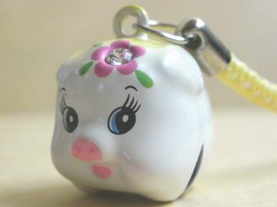 昔懐かしいブタの貯金箱によく似た鈴のストラップです。 中国では古来よりブタは 財運の象徴として大変縁起の良いものとされ 「音の鳴るもの=鈴」も風水では金運を招くといいます。
