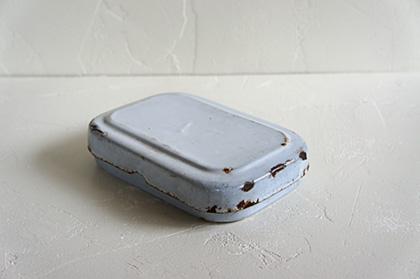 琺瑯のお弁当箱、なかなか見かける事が出来なくなって来たアイテム。現代の琺瑯と違い琺瑯自体に味わいがあります。