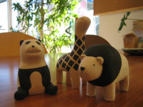 ≪ぽれぽれ≫とはスワヒリ語で「ゆっくり」という意味 木製の動物たちは手作りで1つずつ丁寧にやすりをかけられ、とても優しい手触りです。