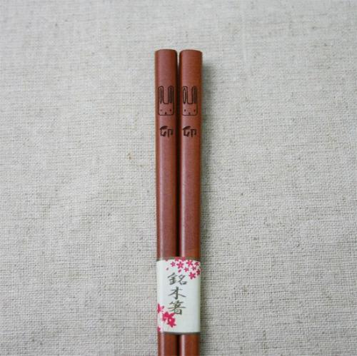紫檀に仕上げた天然漆塗りのお箸  そこにシンプルにデザインされた うさぎの顔は なんともいえない表情で ゆるい顔のうさぎ  イラストと卯の文字は 彫刻加工でデザインされていてシンプルだけど 味のある仕上がりです   代表的な日本の干支が12種なように このお箸も12種類デザインされていて 残りの11種のイラストは お箸のパッケージに描かれています  くさか工房で紹介しているのは うさぎだけですが その他の干支もお取り寄せできますので お気軽にご連絡下さい   パッケージもされているので 年始のご挨拶のばらまき用にもお使いいただけます    5膳セットです   ※天然素材・手作り商品のため、多少イメージと異なる場合があります。 ※電子レンジ・食器乾燥機でのご使用はできません。