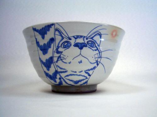 見谷佳則(風龍窯)作品   風龍窯の粉引染付 丼 です。 猫の絵が表と裏に描かれています 大らかな形と複雑な色合いが陶器ならではの趣をかもしだしています♪  ご飯ものやうどん、そばなどにどうぞ!!