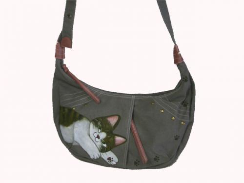猫丸みどさんのイタズラ考案中?ショルダーバッグです ちょっとイタズラっぽい猫の表情がいいです!!  ショルダーは長さ調整ができ斜めがけでも 肩掛けでもご利用いただけます  一つ一つ耐水性絵具で手描きしています。