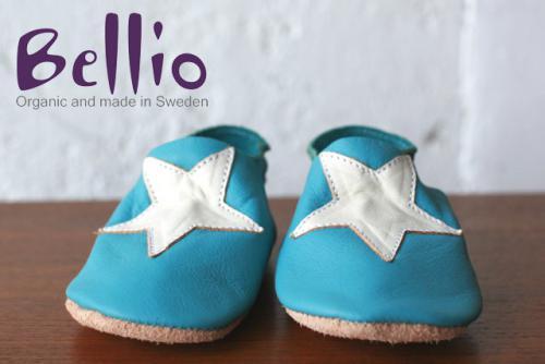 Bellio ベリオ/ベビーファーストシューズ 『赤ちゃんの足を優しく包む』  メイド・イン・スウェーデンのオーガニックレザーシューズ。  思わす触れたくなる極上のレザーで作られた赤ちゃんのためのファーストシューズです。   ★つかまり立ちをはじめた赤ちゃんの足をやさしくサポート。 ★裸足に近い感覚で床の感触を伝えやすい。 ★安全でやさしいオーガニックレザー。 ★履けなくなったら飾ったらり ★出産祝い、贈り物にピッタリ