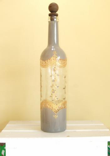 アクリル絵の具を用い、細かな模様が描かれたきれいな手書きペイントのワインボトルです! とても品があり、存在感「大」なボトルなのでフラワーベースとしても使える逸品です。  職人さんによる手作りのものなのでペイントに水泡や荒削りな部分があるかもしれませんがそれも「モロッコの国の味わい」としてご理解願います。