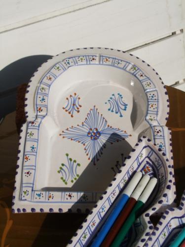 チュニジアの陶器の町ナブールの職人さんが手作りした扉型の愛らしい置物です。 三つの陶器から成り立っていて上部にはタバコが置けるくぼみが7つあり、灰皿としてもお使いいただけます。 お部屋に置いているだけでも目立つこと間違いなし!  1点1点、手作業で作っていますので色むらや、傷、気泡、イビツな部分がある場合があります。予めご了承の上お買い求めください。手で作った温もりのあるものが好きな方にお勧めいたします。