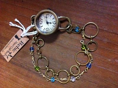 ご覧のとおり、とても可愛いでしょう? スタンダードな時計をすでに持っていても、女の子なら絶対に惹かれてしまうブレスレットの時計です。 真鍮の色合いが日本人の肌の色に似合ってとてもステキです。 こちらはSweetなレッド、ビーズはチェコのガラスビーズです。