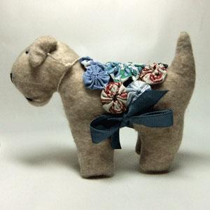 Terriers of Mansfield(テリアズ・オブ・マンスフィールド)は2005年5月、オーストラリア、ビクトリア州北西部の高原にある町、マンスフィールド近くに設立されました。 このぬいぐるみは、主に1930年代から1950年代の昔懐かしいぬいぐるみをモデルとしています。又、当時の風合いを出すために、ビンテージのコットン、リボン、ボタン等の装飾品を使っています。 テリアの名前もテリア犬の原産地であるスコットランドやアイルランド地方の人々の名前を付けてあります。 大切に手作りされた逸品です!! 同じのが二つとない、ひとつひとつが別の個性を持ったテリア犬のぬいぐるみはいかがですか!!