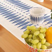 アルメダールスのキッチンアイテムです。アルメダールスは160年もの歴史があるスウェーデンの有名なテキスタイルメーカーです。最近ではテキスタイルのみならず、様々なキッチン用品を販売して、ヨーロッパで人気があります。日本でも50年代から70年代のデザインが好まれています。 テーブルセンターは、テーブルライナーとも呼ばれています。テーブルの上に直接敷いても、全体にクロスを掛けてその上に敷いてもアクセントになり、テーブルが華やかになります。テーブルセンターを敷くだけで、ちょっと贅沢な雰囲気がしてとても素敵です。