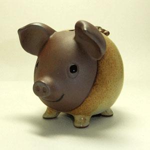 陶器の素朴な貯金箱です。 赤土と窯変の釉薬に重量感があり、インテリアとしても素敵な逸品です。 笑顔がかわいい味わい深いブタさんです。