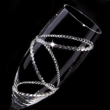 まるでリングをはめているようにも見えるスワロフスキーのクリスタルデコレーションシャンパングラス。光の加減に寄ってキラキラと輝くゴージャス感溢れるデザイン。ウェディングパーティーやイベントなどの華やかなシーンにもピッタリ。結婚祝い、プレゼントとしても人気です。