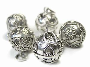 シャララ〜ンと心地よい音色を奏でるガムランボール。 バリ島の銀細工の村として知られるチュルク村の技術の高い職人さんたちがひとつひとつ丁寧に手作りしています。 その純粋で清々しい音色は身に着けているだけでなんだか幸せな気分になれてしまいます。 ペンダントトップにしたり、ストラップにしたり。 いつも傍においておきたくなるほど、かわいい存在です。