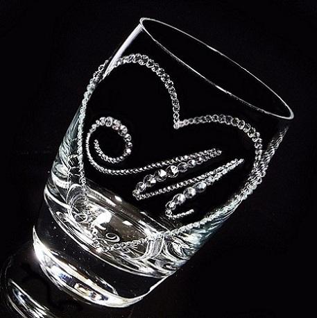シンプルなデザインのオープンハートにお好きなイニシャルが選べる人気のデコグラス。結婚祝い、プレゼントにおススメのアイテムです。  ■商品名:タンブラー オープンハート&イニシャル ■グラス:ミケランジェロ・オールド ■サイズ:φ75×h109 ■容量:345ml ■デコレーション:スワロフスキー クリスタライズ