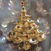 クリスマスツリーのビンテージ・ブローチデス。ゴールドトーンのツリーがカラフルなラインストーンで飾られています。  * この商品はヴィンテージ・ジュエリーです。年代物のユーズド (Used)商品で、1点ものやレア物をお探しの方にはぴったりです。