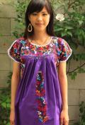 サンアントニーノというメキシコのオアハカ洲の小さな村で 刺繍される小花と小鳥のフォークロア、森ガールなワンピースです。全て手刺繍で時間をかけてチクチク刺繍されています。 他にも色々なタイプの刺繍服を扱っています。