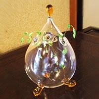 送料無料! しずく型で三つ足がかわいい花器。 6個の口があるのでお好みのアレンジを楽しめます。 アンバー/ピンク/グレーの3色。