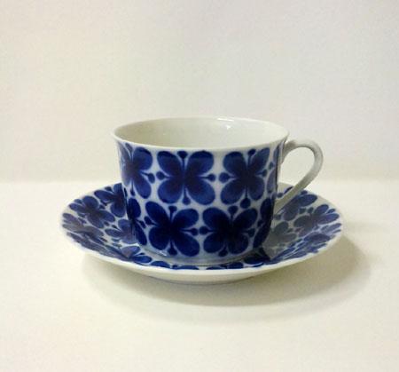 [ Stone Field online shop ]  Mon amie Cup and Saucer ロールストランド モナミ カップアンドソーサー  スウェーデン Rorstrand ロ—ルストランド社製 生産年代1952〜87年  マリアンヌ・ウエストマンによるMon amieシリーズのティーポットです。蝶々のような花柄がとてもかわいらしいデザインです。どこか日本のティーポットにも通じるデザインで、普段の食卓にもすんなり溶け込みそうですね。 スウェーデンでも大変人気の高いシリーズです。 モナミとはフランス語で私の友達、という意味です。  サイズ 約カップ 直径7.6cmx高さ6.5cm、ソーサー 直径13.5cmx高さ2.8cm  多少の使用感やよく見ると分かるスクラッチのある場合がございますが、全体としては美しいコンディションです。  --------------------------------  大変恐縮ですが、入手困難なコレクターズアイテムにつき、返品・キャンセルはお受付できませんので、ご了承いただけますようお願い申し上げます。手作業によるペイントロスなどが時々ありますお品ということを十分ご検討のうえ、購入お願いいたします。詳細はお問い合わせください。 添付しております写真で十分ご検討のうえ、購入お願いいたします。写真もコンディションによって、色合い等変化いたしますので、ご了承の上お買い求めください。  コレクティブルアイテムの性格上、経年劣化や製造過程でのロス等、コンディションには差異があります。現在ほど製品クオリティーが確立していなかった時代に作られた製造過程と同じ過程で作られていますので、個々の商品にはそれぞれ、例えそれが未使用品であったとしても、製造過程由来の不均一性は付き物です。  それらはヘアラインや練りムラであったりモールド痕やペイントミスであったりします。Stone Fieldではこれらを、あまりに目立つものは除いて、当然のものとして考え、あえて記載はしておりません。ご購入の際にはこの点に何卒ご留意下さい。   *店頭でも同時に販売しておりますので、お申し込みいただいた時点で売り切れの可能性もございます。その際はご容赦お願いいたします。