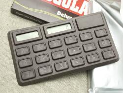 .゜*.*.。・*チョコ?電卓?*.*.。・*゜. 『CHOCOLATE』と書かれたパッケージを開くと、中にはアルミホイルに包まれた板チョコ…型の電卓が♪  なんとチョコレートの香りまで付いているという本格仕様。 遊び心満点で、とっても可愛い電卓です☆ とっても面白いアイテムですので、ちょっとしたプレゼントにも最適。  ボタンは少し押しにくいので、本格的な電卓をお探しの方には不向きなアイテムです。 でも、それを差し引いても可愛い♪ 大きさもコンパクトなので、カバンなどに常備しておいても役に立ちそうです。 ソーラーパネルつき。