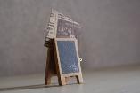 カフェのメニューボードみたいな形のメモボード。  ボードにチョークでメモを書くこともできます。 お気に入りの写真やポストカード・メモを挟んでディスプレィすると可愛いですね♪  小さなサイズでちょっとした空間に使いやすいです。
