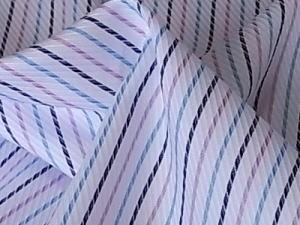 真っ白地に黒&くすんだブルー&ラベンダー色の、 組み合わせがすっきりしていて綺麗です☆ 斜め方向に、はっきりとした畝が表面に表れている綾織りで、 中厚でつやがあり、透け感は少ないです。  シャツやブラウス、チュニック、 小物やインテリアにも可愛いです〜☆