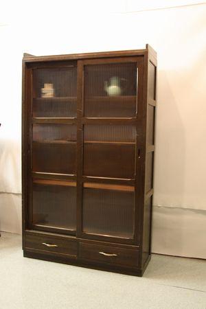 モールガラスの棚です。   扉の開閉はスムーズです。   右側の引き出しに 傷み・汚れございます。   棚板は外せます。     食器棚、本棚として・・・  お気に入りの雑貨をディスプレイしても。。     小引き出し、医療棚、カルテケース、ガラスケース、アンティーク家具、昭和レトロ家具・レトロ雑貨、アンティーク雑貨 その他   県内・県外の倉庫にいろいろあります。  医療関係の古道具や家具などのが入荷しています。  お気軽にお問い合わせください。         古道具・ブロカント・アンティーク   R88