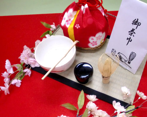 「茶道を習ったことはないけれど、気軽に抹茶を飲んでみたい…」 「外出先でもいっぷく楽しみたい…」 「外国の友人に日本文化を紹介したい…」 そんなあなたにピッタリのセットをご用意しました!  ◆お茶を楽しむのに必要な道具を集めた、お得な6点セット。 ◆一式を可愛い籠付きの巾着袋に入れて持ち運べます。 ◆リーズナブルなのに本格派!  【セット内容】 ・茶碗(国産・ご希望の茶碗を備考欄に明記してください) ・茶筌(数穂・国産・Pケース付き) ・茶杓(100%天然国産素材&手作りの青峰堂オリジナル商品) ・ミニ棗(フタ付き) ・茶巾 ・竹カゴ巾着(色・柄ともに全て限定商品)  お湯はポットや水筒に入れて用意すればOK! いつでも、どこでも、気軽に抹茶を楽しみましょう。 もちろん、どなたでもお使い頂けます♪  ※お買い上げの方に、「気軽な抹茶の飲み方」「茶道具の簡単な手入れの仕方」を漫画でレクチャーしたミニ本をお付けしています。
