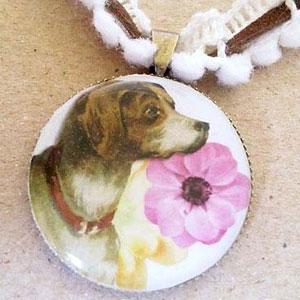 犬の横顔のヴィンテージイラストが素敵な雰囲気のネックレスです。 2本のコードを組み合わせて、デザイン性のある2wayにしました。  そのままロングでつけても、リボン部分の紐をくしゅくしゅと縮ませてチョーカー風にしても素敵です。 その際は茶色い紐を、ちょうちょ結びにして頂くとカワイイです。 ネック部分には金属を一切使用していないので 金属アレルギーの方もロングネックレスとして安心してお楽しみ頂けます。