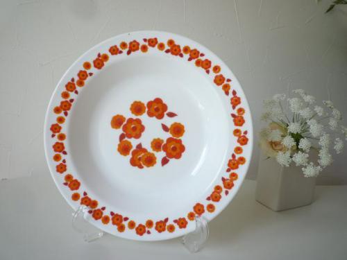 フランス・アルコパルのヴィンテージプレートです。レトロポップなお花柄がとてもキュート。 深みがあるのでパスタやカレー用などに活躍してくれそうです。  テーブルがぱっと華やかになって、お食事も楽しくなりそうですね。在庫は4枚です。お値段は1枚分となります。