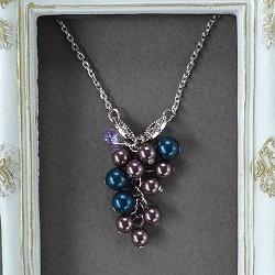 艶やかで深みのある重厚なブルーやパープルが魅力的なスワロフスキーガラスパールを房状にあしらったネックレス。ポイントに花型カットがキュートなスワロを一粒あしらいました。   ※同じパールを使ったノブドウの実・パールイヤリング・ピアスもございます。