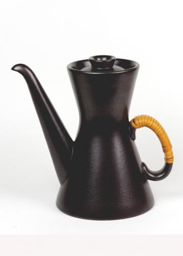 スウェーデン・グスタフベリ社のシックなヴィンテージ・コーヒーポット。スティーグ・リンドベリのデザインで、「テルマ」の名前で知られるポットです。キッチンに飾ってあるだけでも、北欧にいる気分になりそうな落ち着きのある素敵なポットでお茶はいかがですか。