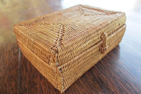 根強い人気のロングセラー、アタの小物入れ。ひとつひとつがバリ島の職人さん手作りですよ。