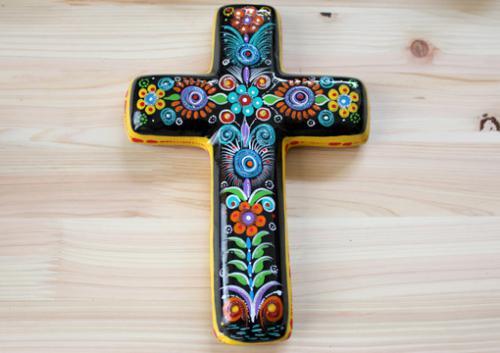メキシコで作られている、一つ一つ丁寧に描いた、二つとない、ハンドメイドの壁掛け十字架です。独特な色合いで、少し入ったラメがキラキラしてしています。