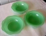 http://antiquenz.sitemix.jp/D-25%20set%20of%203.JPG オーブンにも入れられる耐熱ガラスなのでプリンやクラフティーなどのデザートに最適です。使い勝手の良いサイズなので、スープやサラダにも。使用感はありますが、目立つダメージはありません。