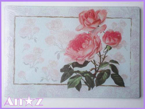 ●強化ガラスの衛生的でお洒落な薔薇柄カッティングボードです♪  ●果物やお野菜を切ったり、鍋敷きにも・・・使い方いろいろ  ●薔薇柄でちょっと優雅な雰囲気をお楽しみ下さい。