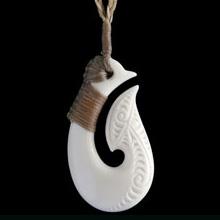 ニュージーランド先住民マオリ族が古くから現代まで大切に受け継いでいる伝統工芸「マオリカービング」のアクセサリー。 マオリ族由来のスピリチュアルな意匠と、身に着けていくなかで自分だけのオリジナルな個性を醸しだす経年変化が人気の一生ものアクセサリーです。  シルバーアクセにはない素朴さと武骨さがメンズアクセの新たな潮流を感じさせる一品となっています。モチーフによりそれぞれ意味があり、古くから神聖なお守りとして、身につけられてきました。  旅行者に1番人気なのが、 FISH HOOK(釣り針)です。「釣り針」の形がそのまま表現されており、水上を旅する際(船旅や漁など)の幸運と安全をもたらすといわれていました。現在では、水上のみならず旅のお守りとされています。ほかにも「強さ・繁栄・豊富・権威・力」という意味を持っています。  NZ国内でトップクラスのデザイナーがハンドメイドで丹念に仕上げたカービング・ペンダントです。 素材は牛骨を使用しています。  デザインのみをまねた中国やマレーシア、インドで製造された品質が低く、安価な商品とは一味違う高品位な商品となっています。  通常、トグル付の三つ編みコードを使用。片方のコードの端が輪になっていて、そこにトグルを入れて首に掛けます。また、フラックス(亜麻)で編み、作られたマオリの伝統的な専用ケースがついています。ギフトなどにも最適の商品です。