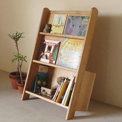 絵本の本棚です。絵本は表紙がステキなので、表紙を見せて飾ることができます。飾るだけではなく、たくさんの本を収納することができます。 白、青、赤の3種類あります。