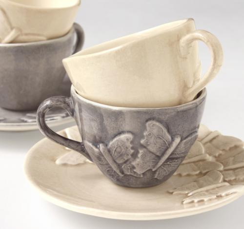 北欧食器ブランドMATEUSのバタフライカップ&ソーサー。 色合い、デザインともに日本にはない感覚の個性的な逸品です! 蝶々の模様が特徴的☆ 大切なお友達のとのティータイムにぜひ。 MATEUSとは・・・スウェーデンのモダンデザインとポルトガルの職人技とのコラボレーションによる新しい感覚のテーブルウェアです。 MATEUSの陶器は温かみがあり、色のバリエーションも豊富です。※他の色はお取り寄せ可能です。お気軽にお問い合わせください。 手作りの為、色の濃淡や色むら等、絶妙な色合いのニュアンスやこの世に一つしか存在しない個性が楽しめます。 毎日の生活やパーティーにぴったり♪