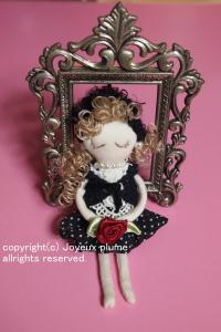 赤いバラを持ったかわいらしい小さなお人形です♪ 見てると癒されます。   ハンドメイドしました。 Joyeux Plumeオリジナルです。