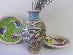 古くから陶器作りも盛んなペルシャ。素朴な色合いの絵付けがかわいらしい。 手描きならではの味わいは格別で、世界に2つとない一点物です。 ぽってりとしたカントリー風のかたちは気持ちが和みます。