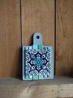 メキシカンタイルをもっと身近に。。。 ということでメキシカンタイルを鍋敷きに加工しました。 木製にタイルを貼り付けているので、壁にかけてオーナメントにもして飾ることもできます。  大好きなメキシカンタイルをもっと楽しんでいただける、オリジナル商品です。 タイル単品での販売もしています。