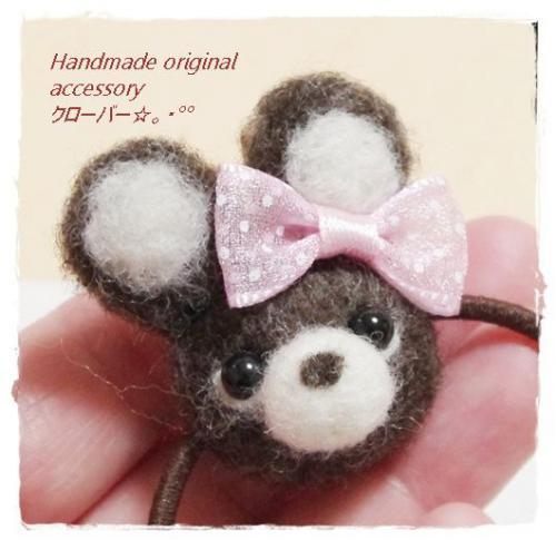 羊毛フェルトで手作りした茶色のうさちゃんのヘアゴムです。   ゴムは茶色で羊毛はゴムに巻き込んで作ってあるのすぐに取れることはありません。 ※金具は使っておりません