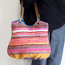カラフルなインドの裂き織り布を使った、バンコクの人気ショップ「various shop ヴァリアスショップ」のバッグです。 コットンやシルクなどの布を裂いて横糸にし、手織で丁寧に織り上げた「裂き織り」の布は、楽しい色使いにインドらしさを感じますね! 使いやすさも重視したおすすめの大人のナチュラル&エスニックバッグです。