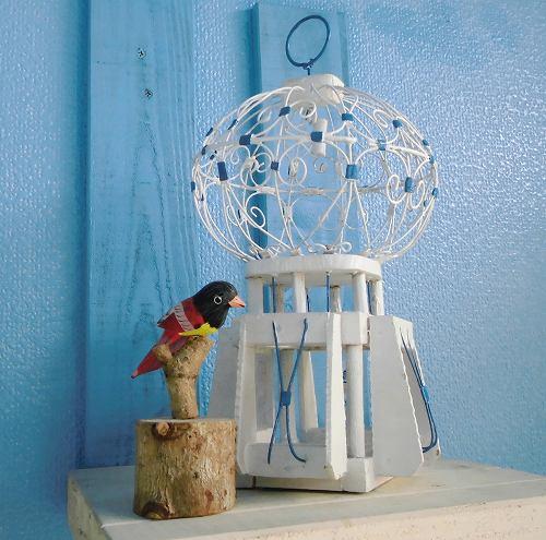 幸せを呼ぶと言われるチュニジアの鳥かごのオブジェです。 白と青がチュニジアらしい色彩です。 お花や植物と並べて飾ると絵になりますよ。