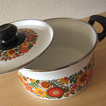 レトロでサイケなZOJIRUSHIの琺瑯鍋です。 昭和の日本製品ですが、東欧食器のような雰囲気もあります。 熱々のできたてシチューやおうちカレーなどを入れて食卓に並べるととっても素敵ですよ♪  蓋の一部に欠けあり。 その他、状態は良好ですが、少々の細かなキズなどありましても、現状での販売と致します。予めご了承くださいませ。