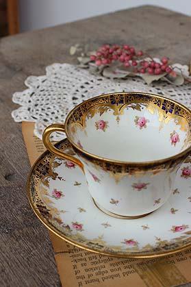 英国王室御用達・Pragon(パラゴン)/コーヒーカップ&ソーサー  エリザベス女王の御用達ブランド『Paragon(パラゴン)』の前進、『スターチャイナ』のコーヒーカップ&ソーサー。 開窯当初から、上品でクオリティの高い品を作り続けてきた結果、1926年から王室御用達となりました。 バックスタンプからみて、1912年頃に製造されたものと思われますので、ちょうど正式な『アンティーク』と言えるものですね。 この気品や上品さは、100年経っても色褪せることがありません。 サイズは普通より一回り小さめなアフターディナー用になります。 ぜひ、このカップで至福のひとときを。