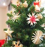チェコから届いた麦わらのクリスマスオーナメント。ハンドメイドの麦わらでできた天使やリースなど素朴なデザインがほっこりとさせてくれる。