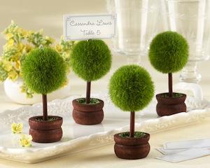 12個1セットの装飾庭園の席札立て/写真立てのプチギフトです。 欧米でよく見られるトピアリーガーデン、自然を愛し楽しむ事から生まれました。 テーブルに置けば披露宴会場が緑一杯の庭園に生まれ変わります。 お持ち帰りいただいた後は、写真立てとしてご利用いただけます。 幹と鉢は手作りの木製ですので、一つ一つが違う表情を見せてくれます。 2010年12月号InStyle Magazineで、「InStyle Magazineが選ぶ、3つの素敵な席札立て」の一つに選ばれました。